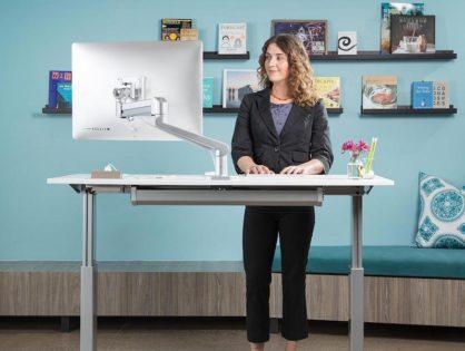 Praca na stojąco przy komputerze - praktyczne wskazówki jak zacząć