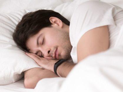 Przewodnik: Monitorowanie snu w 2020 - aplikacje, opaski i urządzenia