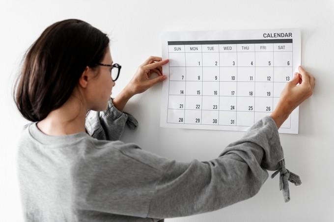 kobieta sprawdza kalendarz