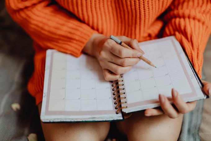 kobieta uzupełnia planner